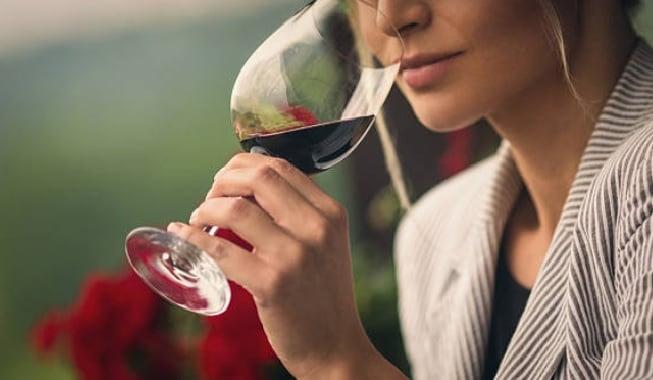 beber una copa de vino