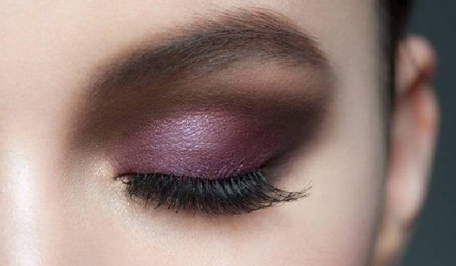 como pintarse los ojos con sombras color purpura